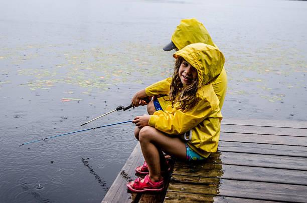 lapset kalastaa
